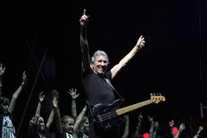 """Foto de archivo de Roger Waters en un concierto en Bucarest. Ago 28, 2013. Waters, uno de los fundadores de la influyente banda Pink Floyd, dijo que la película sobre la monumental gira de tres años en la que puso en escena el disco """"The Wall"""" debe ser visto como una protesta contra los crecientes conflictos armados en el mundo y no como un documental sobre un concierto. REUTERS/Radu Sigheti"""
