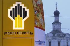 L'Union européenne a ajouté les principaux producteurs et transporteurs de pétrole russes - Rosneft, Transneft et Gazprom Neft - sur la liste d'entreprises publiques interdites d'accès aux marchés de capitaux européens, /Photo d'archives/REUTERS/Maxim Shemetov