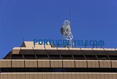 Les actionnaires de Portugal Telecom (PT) ont approuvé lundi les modalités révisées d'une fusion avec le brésilien Oi, les retombées des déboires du groupe Espirito Santo ayant obligé l'opérateur portugais à accepter des conditions moins favorables. /Photo prise le 13 juillet 2014/REUTERS/Hugo Correia