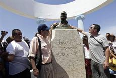 John Hemingway (L) and Patrick Hemingway (R), grandsons of the U.S. author Ernest Hemingway, pay tribute to their grandfather at his statue in Cojimar village, Havana September 8, 2014.  REUTERS/Enrique De La Osa