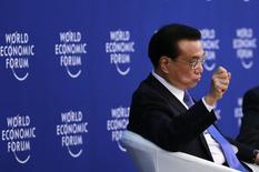 El primer ministro de China, Li Keqiang, gesticula mientras habla en una sesión del Foro Mundial Económico (WEF) en Tianjin, 09 septiembre, 2014. China puede cumplir con su meta de crecimiento económico de cerca de un 7,5 por ciento este año, aunque el país no puede evitar fluctuaciones a corto plazo en la actividad, dijo el primer ministro Li Keqiang, citado por la agencia estatal de noticias Xinhua. REUTERS/Kim Kyung-Hoon