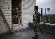 Soldados ucranianos en un techo en Avdeyevka, 08 septiembre, 2014.  September 8, 2014. Cinco soldados ucranianos murieron en los últimos cuatro días, informó el martes el Ejército, subrayando las tensiones subyacentes bajo un cese al fuego entre las fuerzas del Gobierno y los separatistas prorrusos. REUTERS/Gleb Garanich