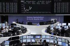 Les Bourses européennes évoluent en ordre dispersé mercredi à la mi-séance. À Paris, le CAC 40 grignote 0,03% à 4.453,64 points. À Francfort, le Dax cède 0,12% et à Londres, le FTSE progresse de 0,16%.  /Photo prise le 10 septembre 2014/REUTERS