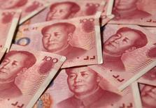 Купюры китайского юаня в Пекине 19 сентября 2010 года. Китай планирует освободить депозитные ставки и обеспечить либерализацию капитального счета на базовом уровне в течение трех лет, сообщил в среду советник китайского парламента. REUTERS/Petar Kujundzic