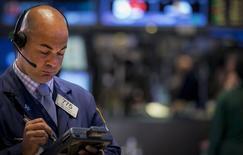 El operador Fred DeMarco en la bolsa de Wall Street en Nueva York, sep 2 2014. Las acciones de Estados Unidos caían el miércoles y dejaban al índice S&P 500 en camino a retroceder por sexta sesión de las últimas siete, aunque los operadores aún consideran que la fortaleza a largo plazo del mercado accionario está intacto. REUTERS/Brendan McDermid