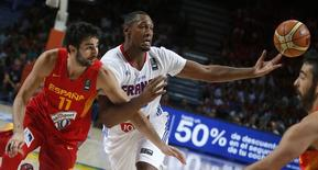 France's Boris Diaw (R) and Spain's Ricky Rubio battle for the ball during their Basketball World Cup quarter-final game in Madrid September 10, 2014.  REUTERS/Sergio Perez