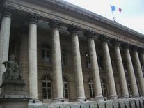 """Les principales Bourses européennes ont ouvert jeudi en légère hausse, les investisseurs réagissant favorablement à un sondage prédisant la victoire du """"non"""" au référendum du 18 septembre sur l'avenir de l'Ecosse. Le CAC 40 parisien gagnait 0,23% peu après l'ouverture, à 4.461,05 points. /Photo d'archives/REUTERS"""