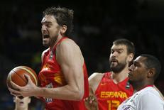 Spain's Pau Gasol (L ) challenges for a rebound with France's Boris Diaw during their Basketball World Cup quarter-final game in Madrid September 10, 2014. REUTERS/Juan Medina
