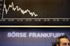 Трейдер на торгах фондовой биржи во Франкфурте-на-Майне 8 сентября 2014 года. Европейские фондовые рынки снижаются, а акции шотландских банков Lloyds и Royal Bank of Scotland растут, так как согласно новым данным, большинство шотландцев не поддерживают идею независимости. REUTERS/Kai Pfaffenbach