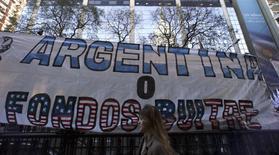 """Cartaz de protesto em que se lê """"Argentina ou fundos abutres"""", fotografado em Buenos Aires. 10/09/2014.  REUTERS/Marcos Brindicci"""