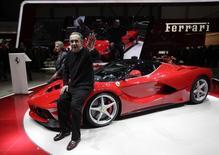 Ferrari n'est pas indispensable pour le développement du futur groupe Fiat Chrysler Automobile à long terme, estime son prochain président, Sergio Marchionne. (à droite). /Photo d'archives/REUTERS/Denis Balibouse