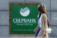 Mulheres passam por escritório do Sberbank em Moscou. 12/09/2014 REUTERS/Sergei Karpukhin