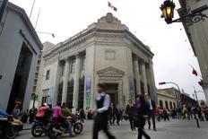 El Banco Central de Perú en el centro histórico de Lima, ago 26 2014. La actividad económica de Perú en julio y agosto habría crecido a un ritmo menor al esperado por un débil dinamismo de los sectores vinculados al consumo y la inversión, dijo el viernes el jefe de estudios económicos del Banco Central, Adrián Armas. REUTERS/Enrique Castro-Mendivil