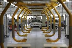 Электромобиль E150 EV на заводе Beijing Automotive Industry Holding Co (BAIC) в пригороде Пекина 23 июля 2014 года. Промышленное производство в Китае росло в августе самыми медленными темпами почти за шесть лет; рост в других ключевых секторах тоже замедлился, усилив опасения о том, что второй по величине экономике мира грозит резкое торможение, если Пекин не примет меры.  REUTERS/China Daily