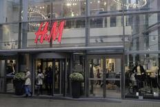 Le groupe suédois de prêt-à-porter Hennes & Mauritz affiche une hausse de 19% de ses ventes en août, une progression nettement supérieure à celle de 13% que les analystes prévoyaient en moyenne. /Photo d'archives/REUTERS/Ints Kalnins