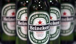 Бутылки пива Heineken на пресс-конференции в Лондоне 25 января 2008 года. Нидерландский пивовар Heineken получил предложение от конкурента SABMiller о возможной покупке, однако контролирующий акционер Heineken принял решение сохранить независимость компании. REUTERS/Stephen Hird