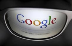 Страница поисковика Google отражается в очках в Брюсселе 30 мая 2014 года. Google Inc в понедельник запустит в Индии первый телефон из проекта Android One - аппарат будет стоит 6.399 рупий ($105) и призван помочь американской компании увеличить долю в сегменте дешевых мобильных устройств на самом быстрорастущем рынке смартфонов в мире. REUTERS/Francois Lenoir