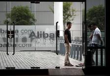 Сотрудники Alibaba в штаб-квартире компании на окраине Ханчжоу 20 июня 2012 года. Alibaba Group Holding Ltd планирует увеличить объем IPO с листингом в США из-за высокого спроса, сказали Рейтер источники, знакомые с ходом сделки. REUTERS/Carlos Barria