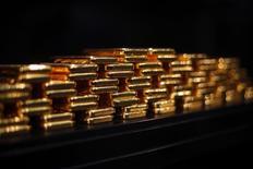 Lingotes de oro guardados en un depósito de seguridad en la ProAurum en Munich. Imagen de archivo, 06 marzo, 2014. El oro subía el lunes luego de que las acciones europeas cayeran con fuerza por un desalentador reporte económico de China, pero el lingote aún estaba cerca de un mínimo de ocho meses antes de una reunión de la Reserva Federal estadounidense, que se espera brinde señales sobre un eventual alza de tasas de interés.  REUTERS/Michael Dalder