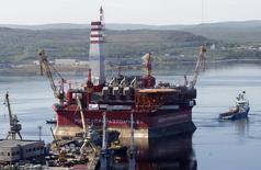 Суда буксируют нефтедобывающую платформу из Мурманска 18 августа 2011 года. Нефтяное подразделение концерна Газпром, компания Газпромнефть, готовится отправить второй танкер с единственного в России арктического морского месторождения Приразломное, запущенного в конце 2013 года, заявляя что санкции никак не повлияют на добычу в Баренцевом море и на планы в компании в целом. REUTERS/Andrei Pronin
