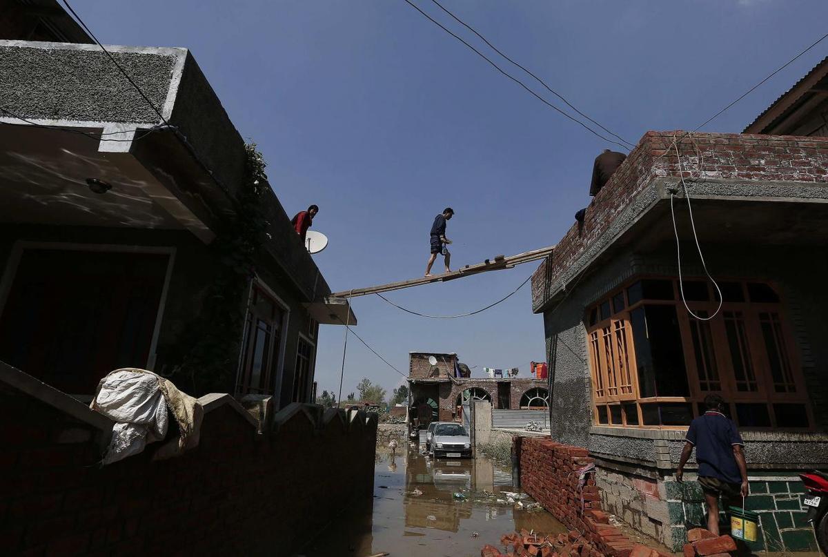 Disease threatens as Kashmir flood waters turn fetid