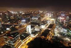 El distrito financiero de San Isidro en Lima, dic 19 2013. La economía de Perú creció un 1,16 por ciento interanual en julio, menos de lo estimado por el mercado aunque por encima de la expansión del mes previo, por una persistente debilidad de los sectores clave de minería y manufactura, dijo el lunes el Gobierno. REUTERS/Enrique Castro-Mendivil