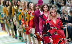 Models present creations from the Burberry Prorsum Spring/Summer 2015 collection during London Fashion Week  September 15, 2014. REUTERS/Suzanne Plunkett