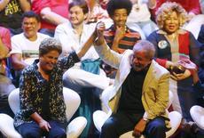 Presidente Dilma Rousseff, candidata à reeleição pelo PT, e ex-presidente Luiz Inácio Lula da Silva em ato de campanha com artistas no Rio de Janeiro. 15/09/2014  REUTERS/Ricardo Moraes