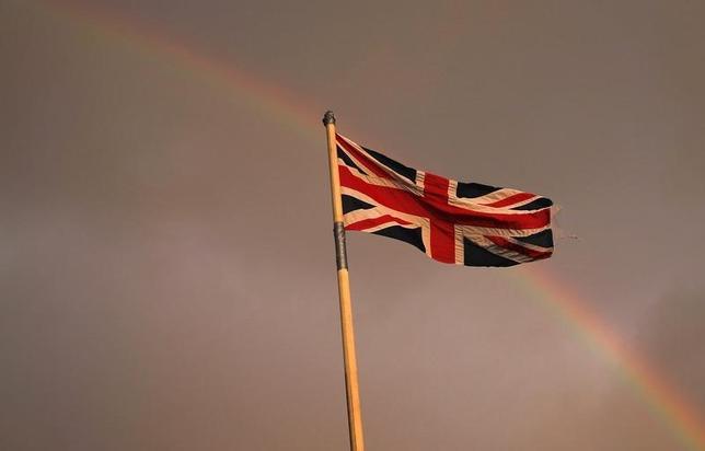 9月16日、ブックメーカーはスコットランドの独立反対に賭けた顧客への払戻金支払いをすでに始めた。写真は英国旗と虹。スコットランドで3月撮影(2014年 ロイター/Suzanne Plunkett)