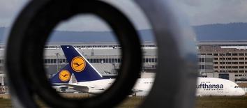 Lufthansa a confirmé mardi avoir conclu un accord avec le syndicat du personnel navigant UFO pour réduire de 20% les coûts de ses futurs vols long-courriers à petits prix. /Photo prise le 29 août 2014/REUTERS/Kai Pfaffenbach