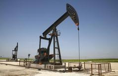 Станок-качалка на нефтяном месторождении в Сирии 2 апреля 2010 года. Цены на нефть Brent держатся около $99 за баррель после резкого повышения накануне за счет надежды на сокращение добычи ОПЕК. REUTERS/Stringer