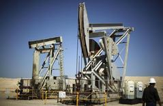 Станки-качалки в Калифорнии 29 апреля 2013 года. Запасы нефти в США выросли за неделю, завершившуюся 12 сентября, на 3,67 миллиона баррелей до 362,27 миллиона баррелей, сообщило Управление энергетической информации (EIA) в среду. REUTERS/Lucy Nicholson