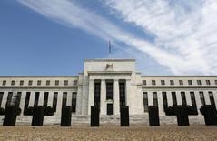 """El frontis de la Reserva Federal estadounidense en Washington, ago 1 2012. La Reserva Federal de Estados Unidos renovó el miércoles su compromiso de mantener las tasas de interés cerca de cero por ciento durante un """"tiempo considerable"""" y reiteró su preocupación por la debilidad del mercado laboral, manteniéndose firme ante los llamados a que modifique su política monetaria.    REUTERS/Larry Downing"""