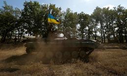 """Soldat ukrainien à Pervomaisk, dans l'est du pays. Selon la Banque européenne pour la reconstruction et le développement (Berd), le conflit ukrainien risque de mettre à mal les """"dividendes de la paix"""" dont l'Europe orientale profite depuis la fin de la Guerre froide. /Photo prise le 17 septembre 2014/REUTERS/David Mdzinarishvili"""