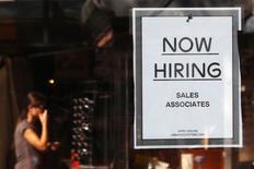 Un anuncio de empleo en una tienda de la cadena Urban Outfitters en el mercado Quincy en Boston, sep 5 2014. El número de estadounidenses que presentaron nuevas solicitudes de subsidios por desempleo cayó más a lo esperado la semana pasada, lo que sugiere que una fuerte desaceleración en el crecimiento del empleo el mes pasado probablemente fue una anomalía.    REUTERS/Brian Snyder