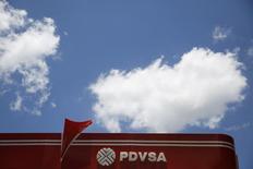 """Logo de PDVSA en una estación de gasolina en Caracas. Imagen de archivo, 29 agosto, 2014. La refinería Hovensa, que alguna vez fuera la mayor del hemisferio occidental, podría ser la última instalación """"zombie"""" que vuelve a la vida, resucitada por el auge del petróleo de esquisto en Estados Unidos. REUTERS/Carlos Garcia Rawlins"""