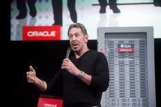 Oracle a annoncé jeudi que Larry Ellison quitterait la direction générale de l'éditeur de logiciels professionnels, qui a par ailleurs fait état de résultats trimestriels légèrement inférieurs aux attentes. Larry Ellison, un des co-fondateurs d'Oracle et l'un des hommes les plus riches du monde, sera remplacé par un duo composé de Safra Catz et Mark Hurd,. Larry Ellison restera chez Oracle en tant que président exécutif et directeur technologique. /Photo prise le 10 juin 2014REUTERS/Noah Berger
