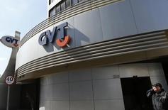 Vivendi annonce vendredi avoir signé l'accord définitif de cession de sa filiale brésilienne GVT à l'opérateur télécoms espagnol Telefonica, bouclant ainsi la vente de son dernier actif dans les télécommunications. L'accord, qui reste soumis au feu vert des régulateurs, devrait être bouclé d'ici la fin du premier semestre 2015. /Photo prise le 28 août 2014/ REUTERS/Rodolfo Buhrer