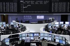 """Les Bourses européennes restent bien orientées à mi-séance, soulagées par la victoire du """"non"""" au référendum sur l'indépendance de l'Ecosse. À Paris, le CAC 40 gagne 0,11% à 4.469,72 à points vers 10h35 GMT tandis que Francfort prend 0,65%, Londres 0,67% et Madrid 0,81%. L'EuroStoxx 50 et le FTSEurofirst 300 gagnent respectivement 0,42% et 0,67%.  /Photo prise le 19 septembre 2014/REUTERS/Remote"""