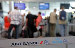 Los pilotos de Air France han votado a favor de prolongar su huelga de una semana por la reducción de costes y los planes de su filial Transavia durante cuatro días más, hasta el 26 de septiembre, dijo el sábado el lídere del sindicato SNPL. en la imagen, pasajeros en un puesto de Air France en el aeropuerto de Marsella durante una huelga de pilotos, el 19 de septiemrbe de 2014. REUTERS/Jean-Paul Pelissier