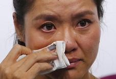 Tennis player Li Na of China wipes her tears during a news conference announcing her retirement in Beijing September 21, 2014.  REUTERS/Petar Kujundzic