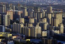 Vue de Pékin. La ville de Nanjing, dans l'est de la Chine, a aboli à son tour les règles restreignant la propriété individuelle de biens immobiliers. Le dispositif en vigueur jusque là fixait un nombre maximum d'appartements qu'un individu peut posséder. /Photo prise le 3 septembre 2014/REUTERS/Jason Lee