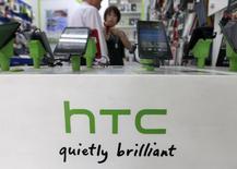 HTC smartphones en una tienda comercial en Taipei. Imagen de archivo, 30 julio, 2013. Google ha seleccionado a HTC para la fabricación de su próxima tableta Nexus de 9 pulgadas, informó el Wall Street Journal, citando personas familiarizas con el asunto.  REUTERS/Pichi Chuang