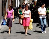 Dans une artère commerçante à Rome. La confiance du consommateur a diminué plus que prévu en septembre dans la zone euro, perdant 1,4 point pour toucher -11,4, selon les données en première estimation publiées lundi par la Commission européenne. /Photo d'archives/REUTERS/Tony Gentile
