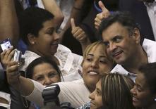 Candidato do PSDB à Presidência, Aécio Neves, tira fotos com eleitoras em São Paulo. 19/09/2014. REUTERS/Nacho Doce