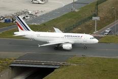 Un avión Airbus A319 de  Air France en la pista del aeropuerto Charles de Gaulle en Roissy, Francia, sep 17 2014. El principal sindicato de pilotos de Air France dijo el lunes que seguirá en huelga hasta que logre una solución a la disputa sobre la estrategia de la compañía y exigió la retirada de los planes de la aerolínea de bajo costo Transavia Europe.  REUTERS/Charles Platiau