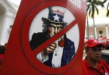 Сторонники Уго Чавеса на акции протеста против Exxon Mobil Corp в Каракасе 14 февраля 2008 года. Американская ExxonMobil завершит разведочное бурение в Карском море 10 октября, выполняя санкции, введённые США против России, сказал замминистра энергетики РФ Кирилл Молодцов. REUTERS/Jorge Silva