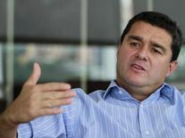 El presidente de Bancolombia, Carlos Raúl Yepes, habla durante una entrevista en Medellín. Imagen de archivo, 26 mayo, 2012. El mayor banco de Colombia, Bancolombia, emitirá el miércoles bonos subordinados en el mercado local hasta por un billón de pesos (501,8 mln dlr), que destinará a su negocio de financiamiento, informó el martes la entidad. REUTERS/ Albeiro Lopera