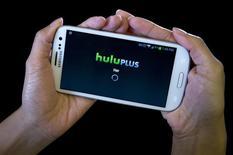 """Una aplicación de Hulu para dispositivos móbiles en un teléfono Samsung Galaxy en Nueva York. Imagen de archivo, 23 diciembre, 2013. El sitio de reproducción de videos en internet Hulu dijo el lunes que ordenó una serie original sobre el asesinato del presidente John F. Kennedy llamada """"11/22/63"""", basada en la novela homónima del 2011 escrita por el autor superventas Stephen King. REUTERS/Carlo Allegri"""