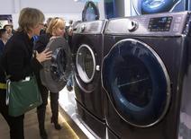 Unas mujeres observan unas lavadoras y secadoras de la serie 9000 de Samsung Electronics en la Feria de Consumo Electrónico de Las Vegas, ene 7 2014. El sector manufacturero de Estados Unidos se expandió en septiembre, igualando la tasa de crecimiento del mes previo, que había sido el ritmo más intenso en más de cuatro años, mientras que los niveles del empleo entre productores de bienes subió a máximos en dos años y medio, mostró el martes un informe. REUTERS/Steve Marcus